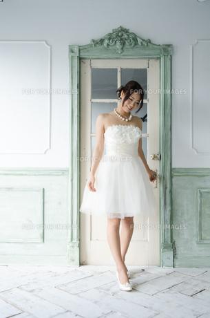 白いドレスを着て立っている女性 FYI01078240
