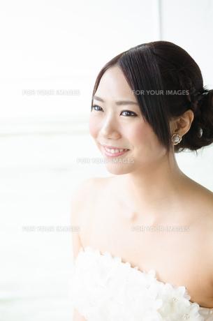 白いドレスを着て横を向く女性の素材 [FYI01078241]