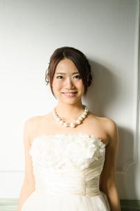 白いドレスを着た女性 FYI01078242