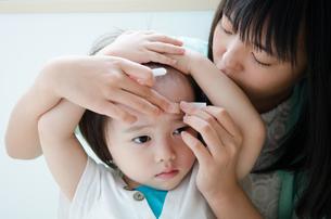絆創膏を貼っている子供の素材 [FYI01078255]