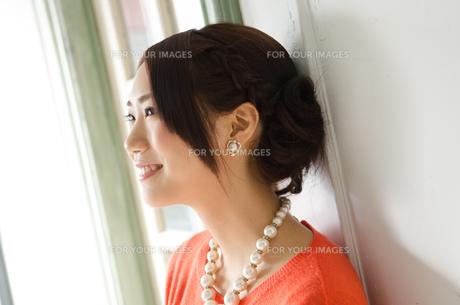 光を浴びて笑う女性 FYI01078279