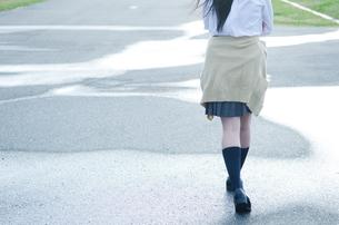 水たまりを歩く女学生の足 FYI01078293