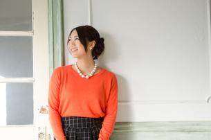 壁の前で笑う女性 FYI01078296