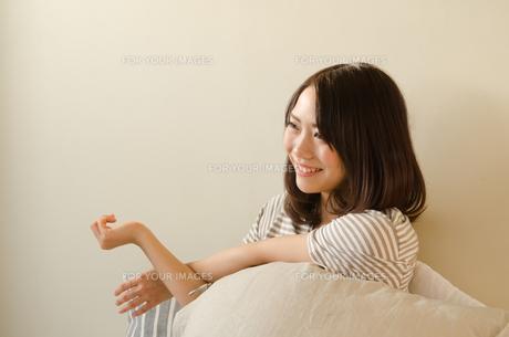 ベッドでストレッチをする女性 FYI01078314