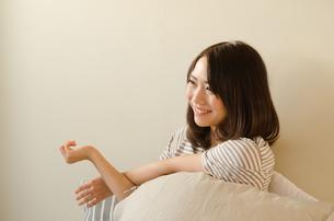 ベッドでストレッチをする女性の素材 [FYI01078314]