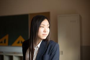 教室で横を向いている女子高校生 FYI01078332