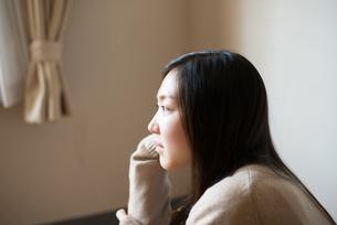 座って横を見ている女子高校生 FYI01078334