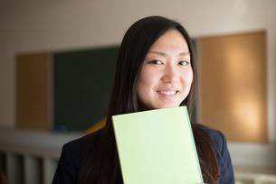 ノートを持って笑っている女子高校生 FYI01078339