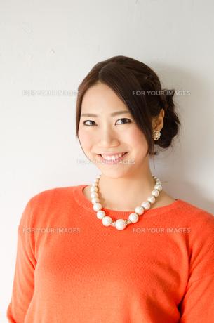 髪をアップスタイルにした女性 FYI01078345