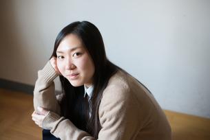 座ってこちらを見ている女子高校生 FYI01078346