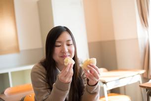 教室でパンを食べている女子高校生 FYI01078363
