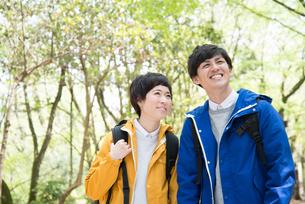 森の中で笑っている男女 FYI01078365