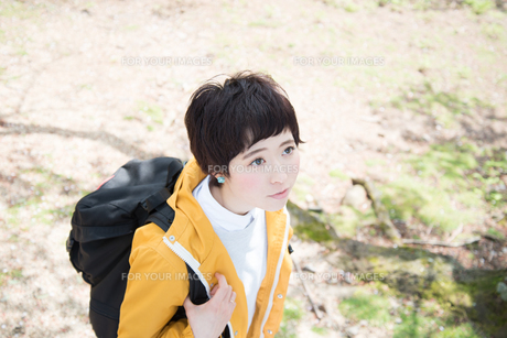 山道を歩きながら見上げている女性 FYI01078368