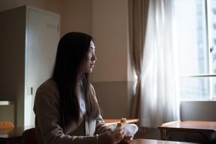 教室に座っている女子高校生 FYI01078372