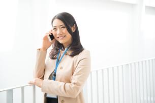 笑顔で電話をしている女性 FYI01078390