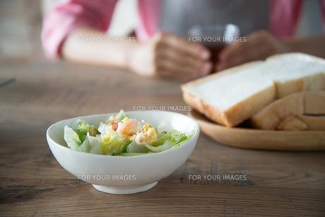 食パンとサラダとグラスを持っている女性 FYI01078407