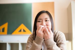 教室でパンを食べている女子高校生 FYI01078409