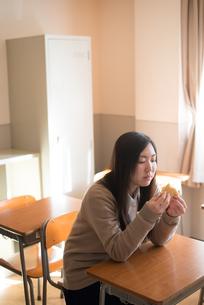 教室でパンを食べている女子高校生 FYI01078410