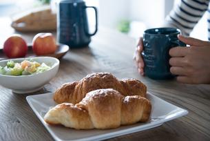 朝食風景と女性の手元 FYI01078424