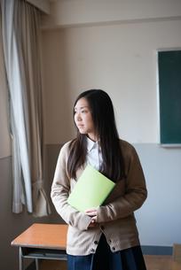 ノートを持っている女子高校生 FYI01078429