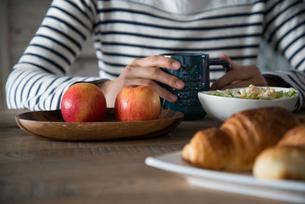 朝食風景と女性の手元 FYI01078435