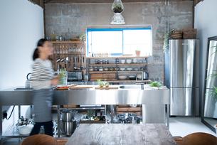 キッチンで動いている女性 FYI01078436