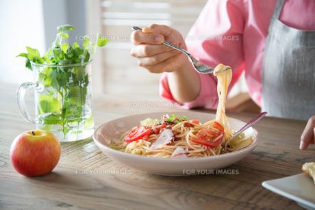 パスタを食べようとしている女性の手元 FYI01078439