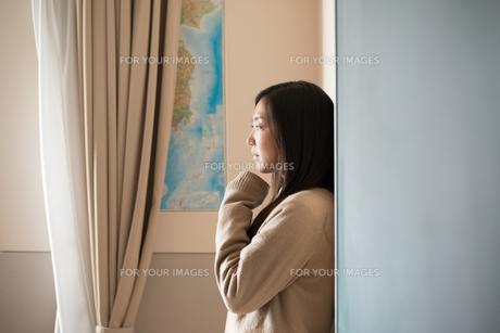 壁にもたれている女子高校生 FYI01078441