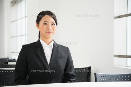 面接中のスーツ姿の女性の素材 [FYI01078455]