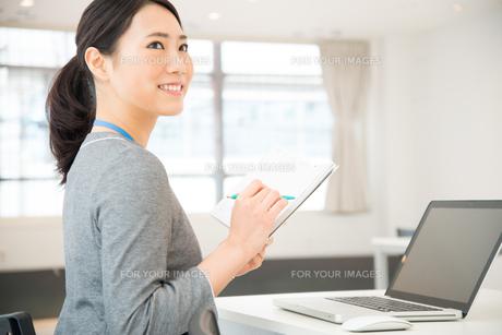 スケジュール帳を持っている女性 FYI01078462