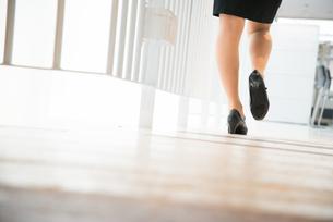 オフィスを歩いている女性の足 FYI01078465