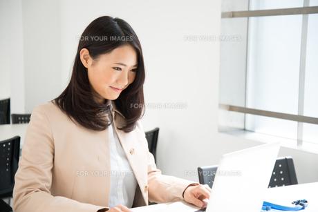 ノートパソコンで仕事をしている女性 FYI01078467