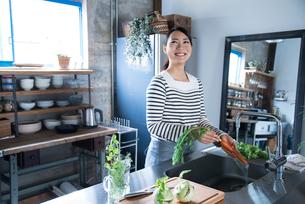 キッチンで野菜を洗っている女性の素材 [FYI01078477]