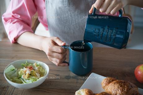 コーヒーを注いでいる女性の手元 FYI01078488