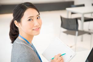 スケジュール帳を持っている女性 FYI01078498