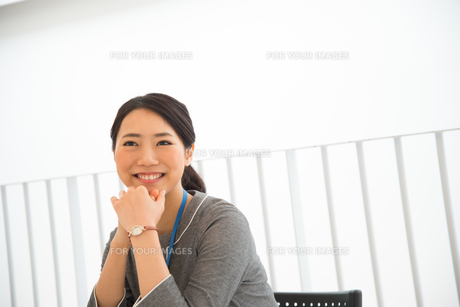 オフィスで笑っている女性 FYI01078499
