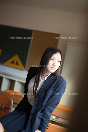 教室で横を向いている女子高校生 FYI01078510