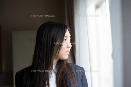 窓の外を眺めている女子高校生 FYI01078528