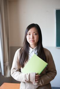 ノートを持っている女子高校生 FYI01078537