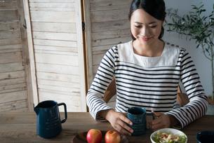 朝食風景と女性 FYI01078545