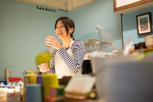カフェで働いている女性 FYI01078550