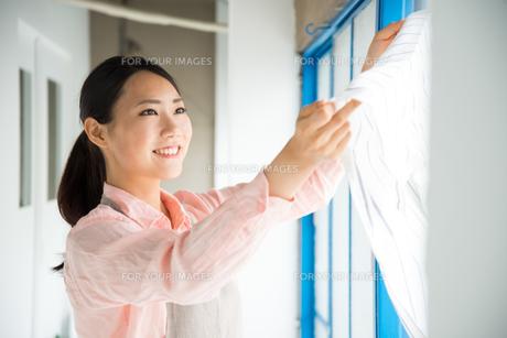 タオルを触っている女性 FYI01078557