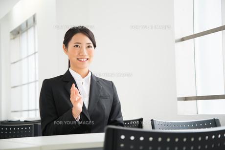 面接中のスーツ姿の女性 FYI01078562