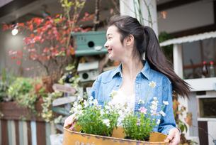 お花を持っている女性 FYI01078564