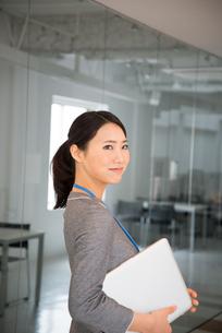 ノートパソコンを抱えている女性 FYI01078568