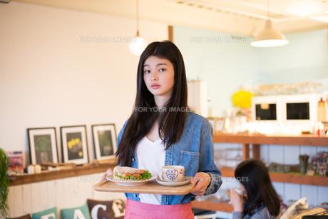 カフェで働いている女性 FYI01078569
