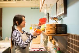 カフェで働いている女性 FYI01078571