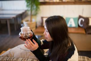 お茶の入ったポットを見ている女性 FYI01078572