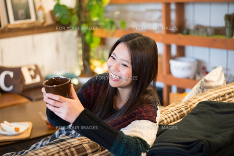 カフェでカップを持っている女性 FYI01078576