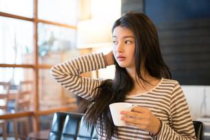 カフェでカップを持っている女性 FYI01078581